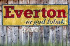 Старая реклама табака Everton на деревянной стене Стоковые Изображения RF