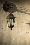 Старая ретро лампа зафиксированная на стене входом парадного входа стоковая фотография rf