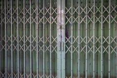 Старая ретро дверь утюга скольжения в городке Китая стоковые фото