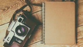 Старая ретро камера на винтажных деревенских деревянных планках всходит на борт Фотография образования течет назад к предпосылке  Стоковая Фотография