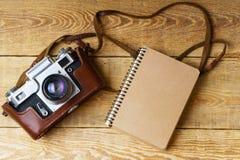 Старая ретро камера на винтажных деревенских деревянных планках всходит на борт Фотография образования течет назад к предпосылке  Стоковое фото RF