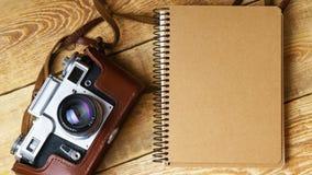 Старая ретро камера на винтажных деревенских деревянных планках всходит на борт Фотография образования течет назад к предпосылке  Стоковые Фото
