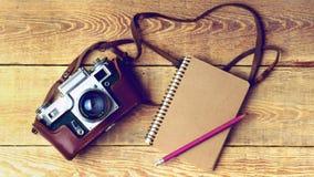 Старая ретро камера на винтажных деревенских деревянных планках всходит на борт Стоковое Фото