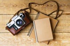 Старая ретро камера на винтажных деревенских деревянных планках всходит на борт Фотография образования течет назад к предпосылке  Стоковое Изображение RF