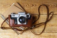 Старая ретро камера на винтажных деревенских деревянных планках всходит на борт Стоковые Фото
