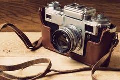 Старая ретро камера на винтажных деревенских деревянных планках всходит на борт Фотография образования течет назад к предпосылке  стоковое изображение