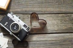Старая ретро камера с концепцией фотографии влюбленности сердца стоковое изображение rf