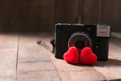 Старая ретро камера с концепцией фотографии влюбленности сердца творческой Стоковые Фотографии RF