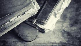 Старая ретро книга на таблице Энциклопедия прошлого на a стоковая фотография
