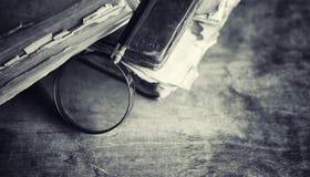 Старая ретро книга на таблице Энциклопедия прошлого на a стоковое изображение rf