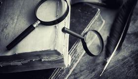 Старая ретро книга на таблице Энциклопедия прошлого на a стоковое фото rf