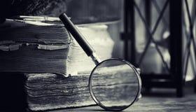 Старая ретро книга на таблице Энциклопедия прошлого на a стоковая фотография rf