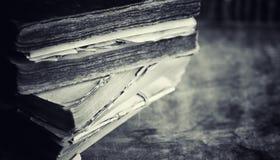 Старая ретро книга на таблице Энциклопедия прошлого на a стоковые изображения rf