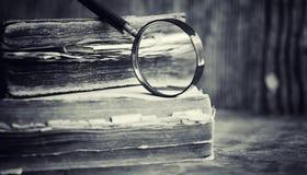 Старая ретро книга на таблице Энциклопедия прошлого на a стоковое изображение