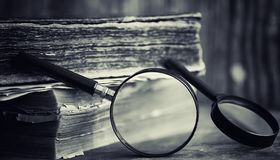 Старая ретро книга на таблице Энциклопедия прошлого на a стоковое фото