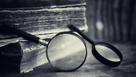 Старая ретро книга на таблице Энциклопедия прошлого на a стоковые изображения