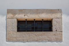 Старая решетка окна тюрьмы Толстая стена Стоковые Изображения