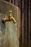 старая ржавая вода из крана Стоковое Изображение RF