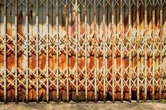 Старая ржавая железная дверь Стоковые Изображения