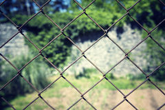 Старая ржавая железная предпосылка крупного плана загородки стоковые фотографии rf