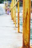 Старая ржавая загородка морем в порте торговлей морского пехотинца Стоковое Изображение