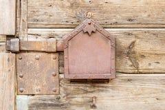 Старая ржавая защелка металла на деревянных дверях Стоковые Фото