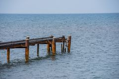 Старая ржавая койка моря для шлюпок с трубами стоковое изображение rf