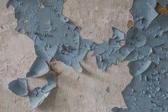 Старая ржавая краска на стене в историческом воинском здании в Латвии Стоковая Фотография RF