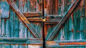 Старая ржавая красочная дверь гаража стоковые изображения rf