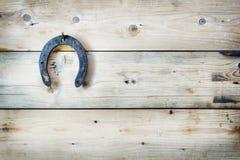 Старая ржавая подкова висит на ногте стоковое изображение