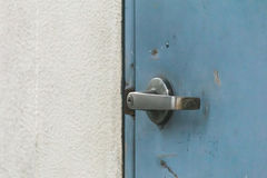 Старая ржавая ручка двери на голубой двери Стоковое Изображение RF