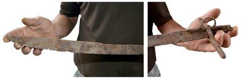 Старая ржавая сабля в его руках Стоковая Фотография RF