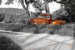 Старая ржавая тележка фермы в поле серого цвета Стоковые Фото