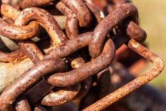 Старая ржавая цепь Заржаветая анкерная цепь Материальная корозия стоковые изображения rf
