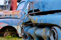 Старая ржавея голубая тележка стоковое изображение rf