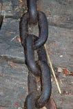 Старая ржавчина цепей утюга на деревянном поле стоковое фото