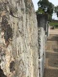 Старая римская каменная таблетка с греческим экспонатом сочинительства снаружи Стоковые Фотографии RF
