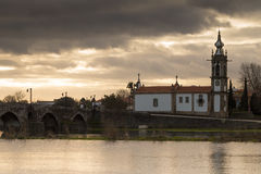 Старая римская церковь Ponte de Лимы на заходе солнца Стоковые Изображения