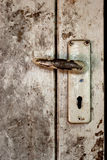 Старая рукоятка рычага на деревянной двери Стоковые Фото