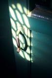 Старая ручка двери в темной комнате Стоковая Фотография