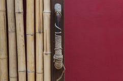 Старая ручка двери и красная стена Стоковые Изображения