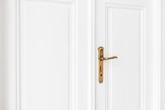 Старая ручка двери на белой двери Стоковые Фотографии RF