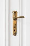Старая ручка двери на белой двери Стоковые Изображения