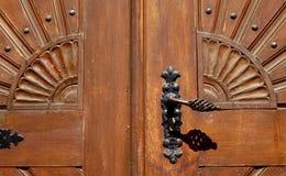 Старая ручка двери на исторической двери Стоковые Фото