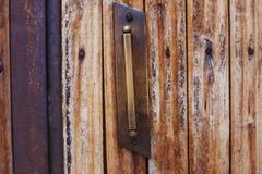 Старая ручка металла двери на деревянной двери Стоковая Фотография
