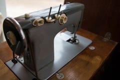 Старая ручная швейная машина на фото стоковая фотография