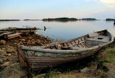 Старая рыбацкая лодка, монахи монастыря Solovetsky на береге острова архипелага Solovetsky в белом море Стоковое Фото