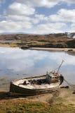 Старая рыбацкая лодка приставанная к берегу на ирландском пляже Стоковые Фото