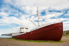 Старая рыбацкая лодка терпетьая кораблекрушение на береге фьорда, Westfjords, Исландия Стоковое Фото