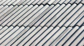 Старая серая крыша азбеста стоковое изображение rf